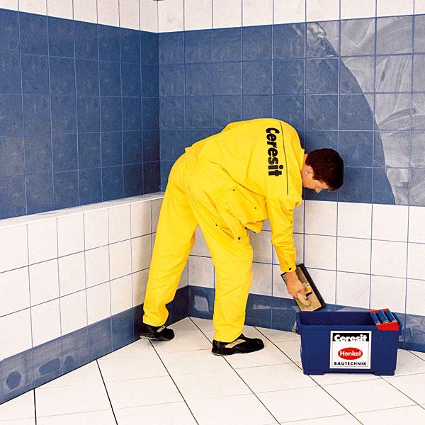 OČISTENIE. Prebytky škárovacej zmesi po úvodnom zaschnutí na povrchu (zhruba po 20 minútach) umyte vlhkou špongiou. Po zaschnutí podklady očistite umývacím hladidlom.