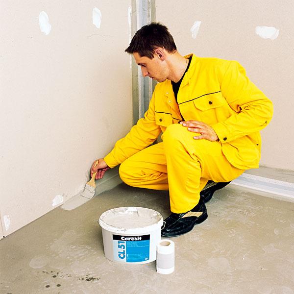 NANESENIE UTESNENIA. Podlahu, všetky steny do výšky 15 cm nad podlahou a všetky plochy stien, ktoré môže ostriekať voda, teda sprchovacie kúty a steny pri vani, izolujte utesňovacím materiálom. Materiál sa nanáša valčekom alebo štetcom rovnako ako farba. Aplikuje sa vo dvoch vrstvách tak, aby celková hrúbka dosiahla najviac 1 mm.
