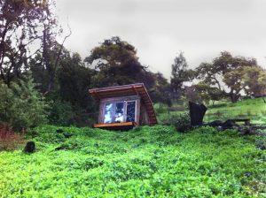 Jednoduchá drevená chatka na idylickom mieste
