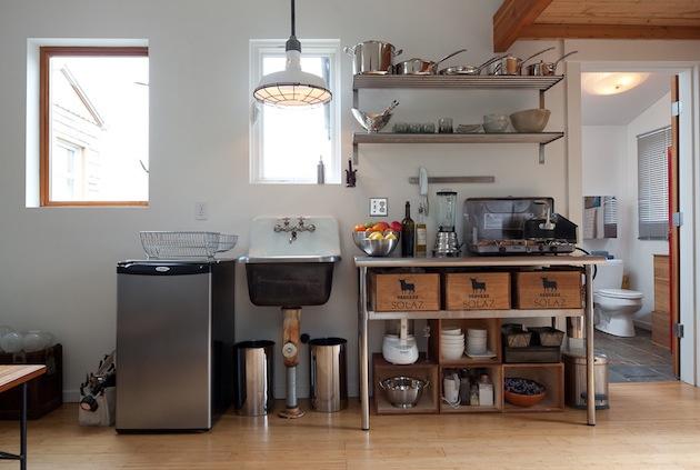 Minimalistická kuchyňa so všetkým potrebným.