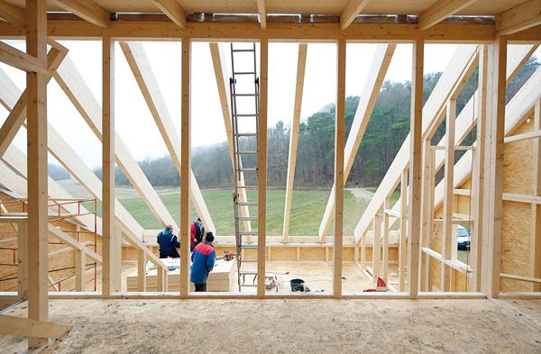 Na komfortné aúsporné bývanie boli zásadné okná – mali priniesť do domu dostatok svetla aj tepelné zisky. Denné svetlo bolo dôležité najmä vo vnútornom medzipriestore, cez ktoré sa presvetľujú aj ďalšie miestnosti. Zaisťujú ho strešné okná na rozľahlej šikmej streche orientovanej na juh – prednosť pred atypickým celoplošným zasklením dostalo systémové riešenie od výrobcu strešných okien. Bolo totiž ekonomickejšie ariešilo aj problém tienenia. Pri návrhu domu sa počítalo scelkovou energetickou bilanciou okien – solárnymi ziskami aj tepelnými stratami.