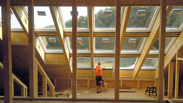 Zasklenú strechu tvorí 15 strešných okien VELUX strojsklom. Vďaka ich veľkým rozmerom je vdome viac svetla. Podľa pozície okien vzostave sa použili rôzne spôsoby otvárania – vspodnom rade sú výklopné okná, ktoré umožňujú panoramatický výhľad, ostatné sú kývavé, smechanickým alebo elektrickým ovládaním. Pri osadení okien sa muselo zohľadniť niekoľko požiadaviek: čo najmenšia vzdialenosť medzi rámami, nadväznosť na priznané krokvy ačo najlepšie zateplenie okolia okien (výrobca naň odporučil systémové zatepľovacie súpravy). Dbalo sa na každý detail.