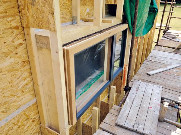 Osadenie vrovine tepelnej izolácie je pri pasívnom dome samozrejmosťou. Výhodou okien smartwin je moderný vzhľad – tak pri pevnom zasklení, ako aj pri otváravom okne vidieť zvonka len rovnako úzky rám. Hliník zexteriérovej strany dáva okrem iného veľkú slobodu pri voľbe povrchovej úpravy dreva.