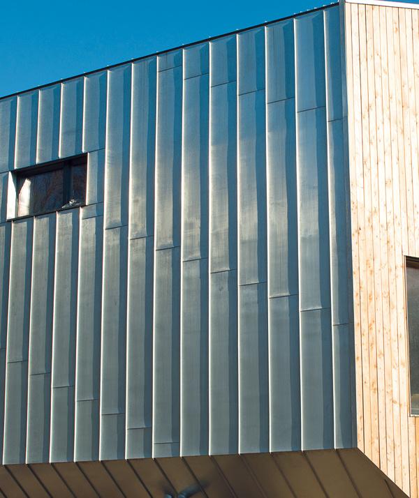 Na opláštenie azastrešenie stavby navrhla firma Rheinzink systém stojatej drážky (SD), ktorý je tradičným anajspoľahlivejším spôsobom spájania krytinových pásov ležiacich vedľa seba.