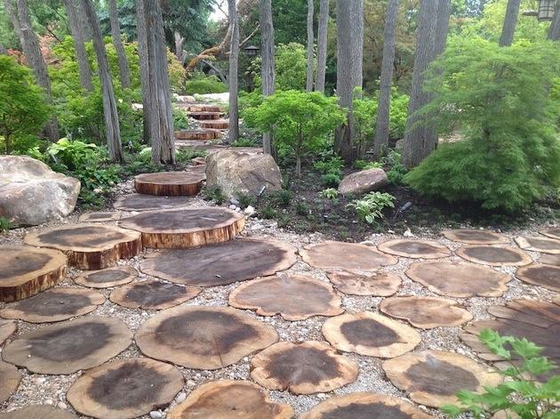 Drevené chodníky zostávajú verné rastlinnému outfitu okolia a ako dizajnový prvok využívajú prirodzenú štruktúru dreva. Ako vidíte, časti obrovských pňov si výborne a hlavne efektne plnia svoju cestnú úlohu...
