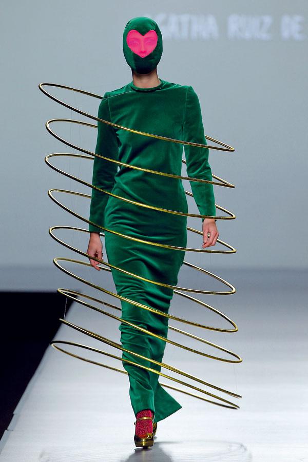 Agatha predstavila svoje posledné bláznivé modely na módnej prehliadke Mercedes Benz Fashion Week 2013 vMadride.