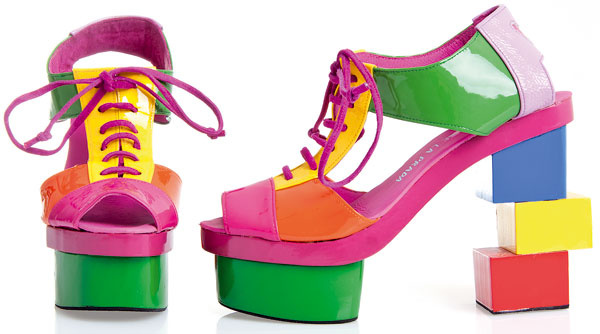 Humorný pohľad na dámske topánky preniesla Agatha aj do dizajnu značky Cubo. Na módu sa skutočne pozerá svojsky anezameniteľne.