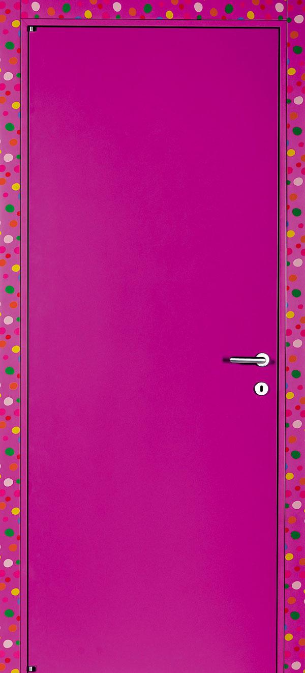 Farebné kontrasty Viacfarebná zárubňa ozvláštňuje jednoduché jednofarebné dvere.