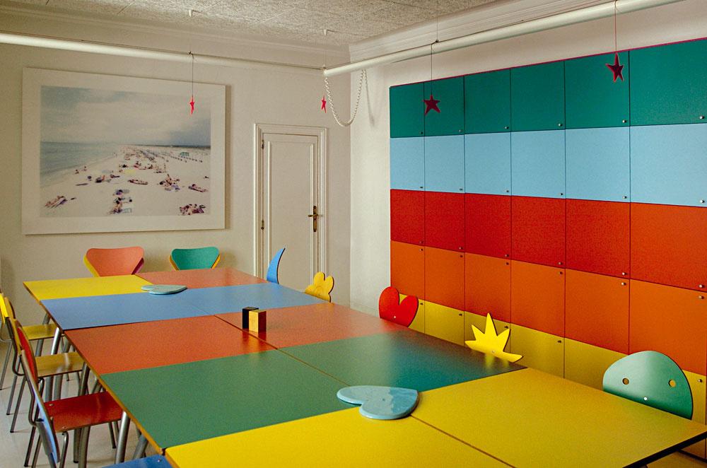 """Jedáleň je v""""strohejšom"""" duchu. Výrazné farby aoriginálne tvary však ani tu nesmeli chýbať. Stoličky sveselými operadlami navrhla pre španielsku nábytkársku firmu AMAT."""