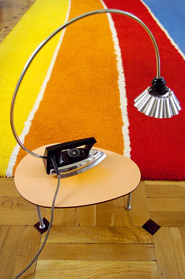 Priestor je plný originálnych avtipných nápadov. Zaujala nás žehličkolampa.