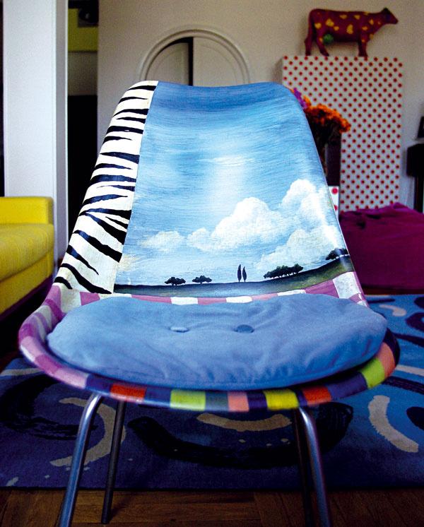 Originálna stolička je jedným zmnohých ručne maľovaných dizajnových kúskov návrhárky.