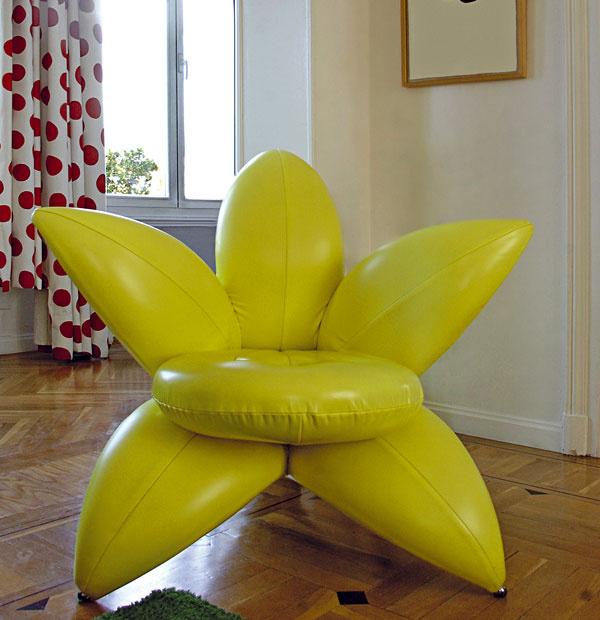 Strohá biela na stenách tvorí neutrálny podklad výraznej farebnosti aorganických tvarov sedacieho nábytku.