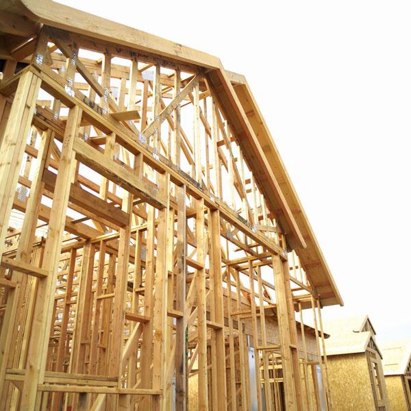 Stĺpikový konštrukčný systém sa realizuje priamo na stavbe. Následne sa stuží avyplní izoláciami apohľadovými materiálmi.