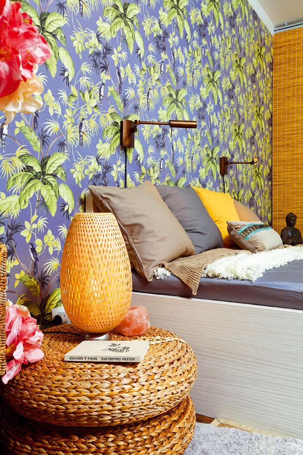 Nástenné svietidlo Lina od spoločnosti Massive, 158 €, Jorvik; vliesová tapeta Vták, 16,19 €/bal, Hornbach; stolová lampa BÖJA, 29,99 €, IKEA; sedadlo ALSEDA, 26,99 €, IKEA; umelá kvetina Amarylka SMYCKA, 5,99 €, IKEA; poťah na vankúš GURLI, rôzne farby, od 3,99 €, IKEA