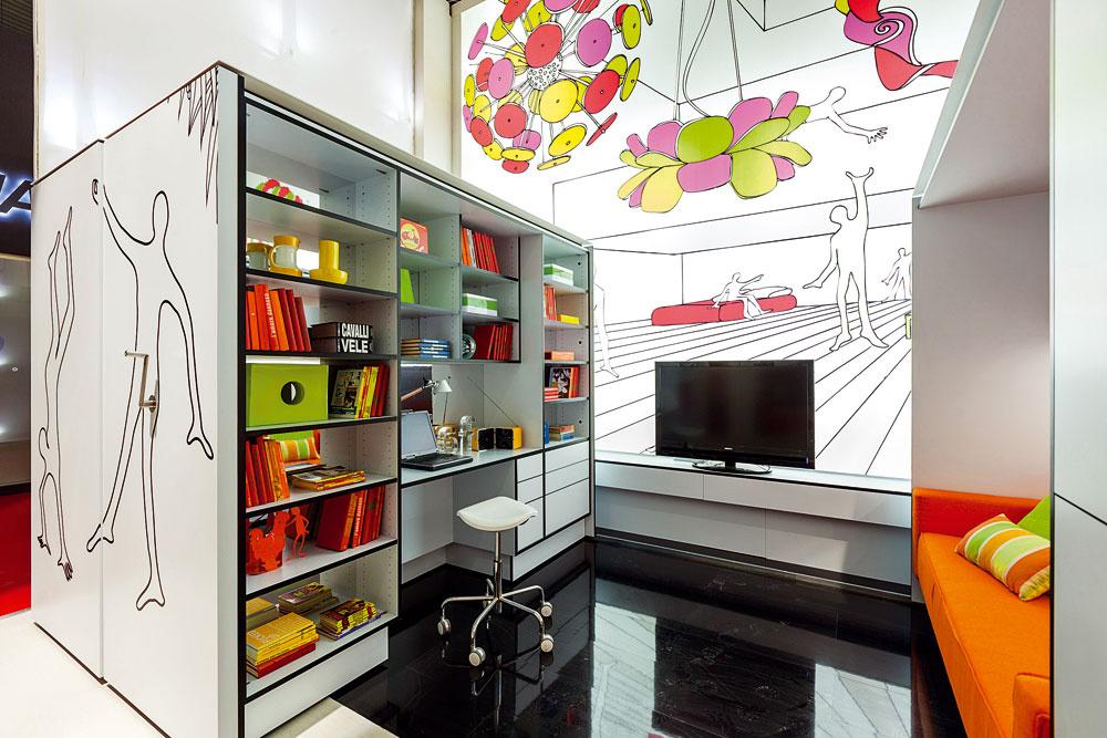 Obývačka spolu spracovňou má dostatok úložných priestorov napríklad na množstvo kníh. Obsahuje všetko najnutnejšie, čo treba na komfortný život .