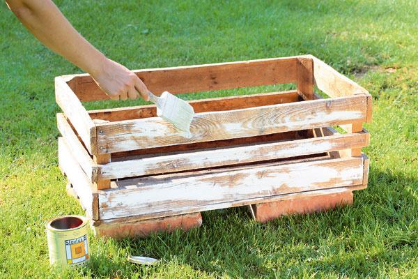 Natrite ju bezfarebným lakom na drevo. Doň robte polosuchým štetcom ťahy bielou farbou.