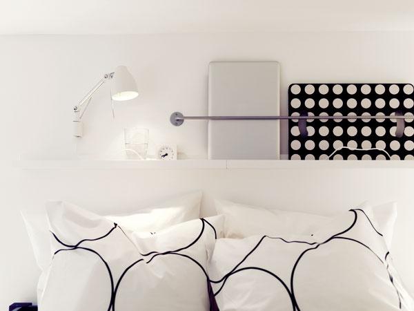 1. Nočný stolík nad hlavou  Domalej anajmä úzkej spálne je niekedy doslova umenie napasovať posteľ, nieto ešte aj stolíky po jej bokoch. Knihu, časopis či notebook, ktoré mnohých znás odprevádzajú pred spaním, niet kam odložiť. Nemusíte však vstávať zvyhriatej postele. Využite stenu nad jej čelom. Na ňu môžete pripevniť napríklad nástennú lampu apolicu. Aaby vám zpolice veci nepopadali na hlavu, použite tyč, ktorá poslúži ako úložná priehradka, napríklad aj na spomínanú knihu či laptop.    KOĽKO TO STOJÍ Strieborná tyč BYGEL,  100 cm, 2,99 €, IKEA