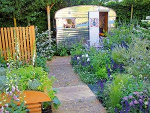 Nádherná relaxačná záhrada plná sebestačných rastlín