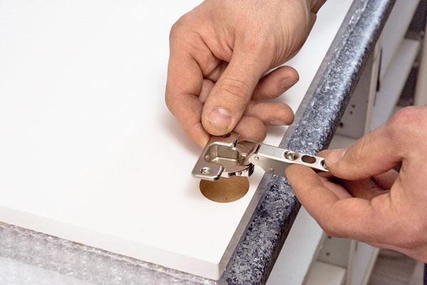Pánty. Na nových dvierkach treba vymerať miesta na vyhĺbenie otvorov na pánty – zvyčajne je to 10 cm od horného aj spodného okraja a25 mm od bočnej hrany. Priesečník týchto rozmerov označte avyhĺbte okolo neho kruhový otvor spriemerom podľa pántu. Vložte pánt acez otvory na skrutky označte body na vyvŕtanie dier na skrutky. Pánt vyberte, vyvŕtajte otvory, znova ho nasaďte apriskrutkujte.