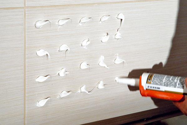 Na rade je obklad za linkou. Pomocou pištole naneste na stenu polymérové lepidlo sveľkou priľnavosťou vbodoch srozstupom približne 20 × 20 cm. Grafosklo treba mať už pripravené, rovnako aj pomocníka. Od nanesenia lepidla máte len asi 15 až 20 minút, počas ktorých treba Grafosklo za linku nalepiť!