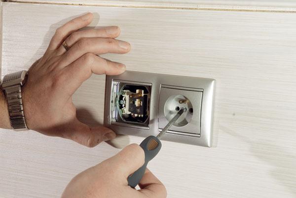 Pripravte si miesto. Skôr ako začnete smontážou celoskleneného obkladu, odskrutkujte elektrické zásuvky avypínače za linkou. Na bezproblémovú manipuláciu je praktické odsunúť sporák aotočiť stojančekovú vodovodnú batériu do vodorovnej polohy.