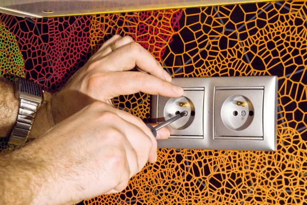 Vopred si dobre premyslite polohu vypínačov aelektrických zásuviek! Do Grafoskla treba tieto otvory urobiť už počas výroby. Žiadne dodatočné vyrezávanie do kaleného skla nie je možné.