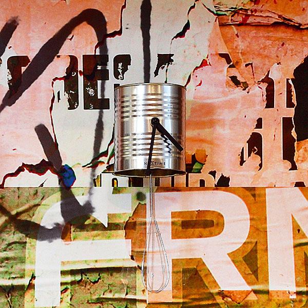 Ľahký loftový nádych dodávajú interiéru okrem uvoľnenej dispozície aj detaily ako záhlavie kuchynskej linky sprvkami sgrafita ana ňom zaujímavé plechovkové hodiny skývajúcou sa kuchynskou metličkou.