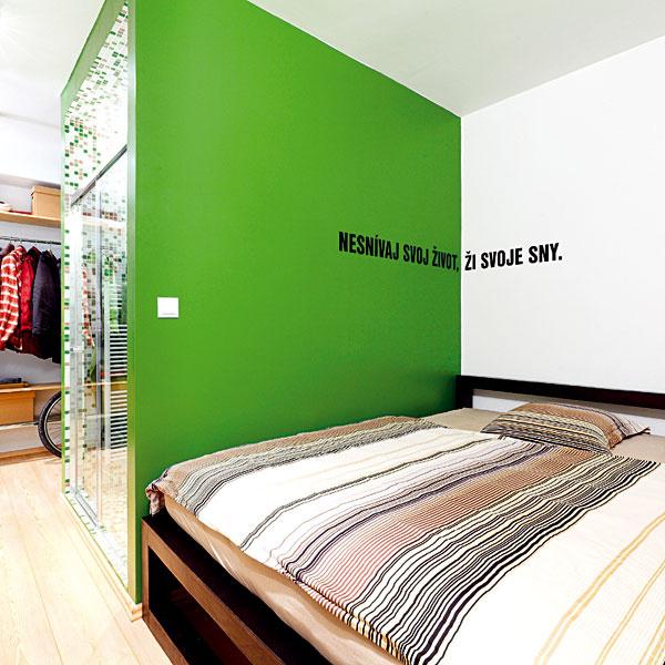 Spálňa sa nachádza za kúpeľňou akuchynskou linkou, ktorej zadnú stranu tvorí šatník. Zelená olejová farba, ktorou je zvýraznený blok kúpeľne, pokračuje aj vspálni. Architekti sa potešili nápadu majiteľky – napísať svoje krédo na stenu.