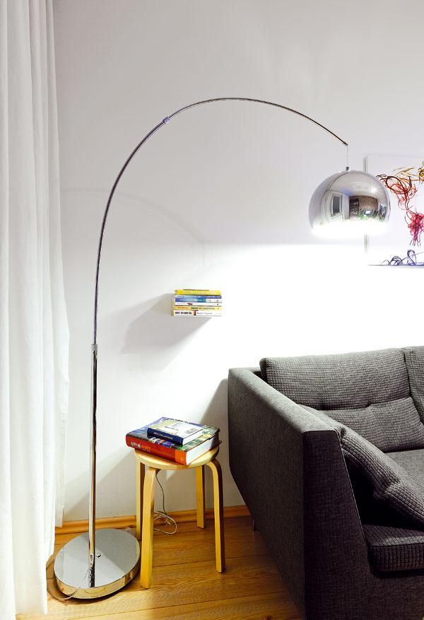 Zátišie obývacej izby, kde majiteľka trávi čas pri dobrej knihe. Vždy túžila mať svoje bývanie vlofte, takže si svoj sen aspoň troška preniesla do vkusného bytu.