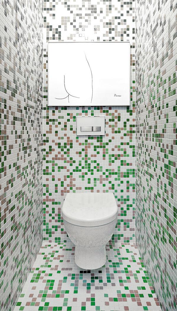 WC ukryté za pôvodnými dverami natretými rovnakou zelenou farbou ako celý blok je na pôvodnom mieste. Mozaikový obklad je za veľmi prijateľnú cenu asú ním kompletne obložené všetky vnútorné povrchy WC vrátane stropu.