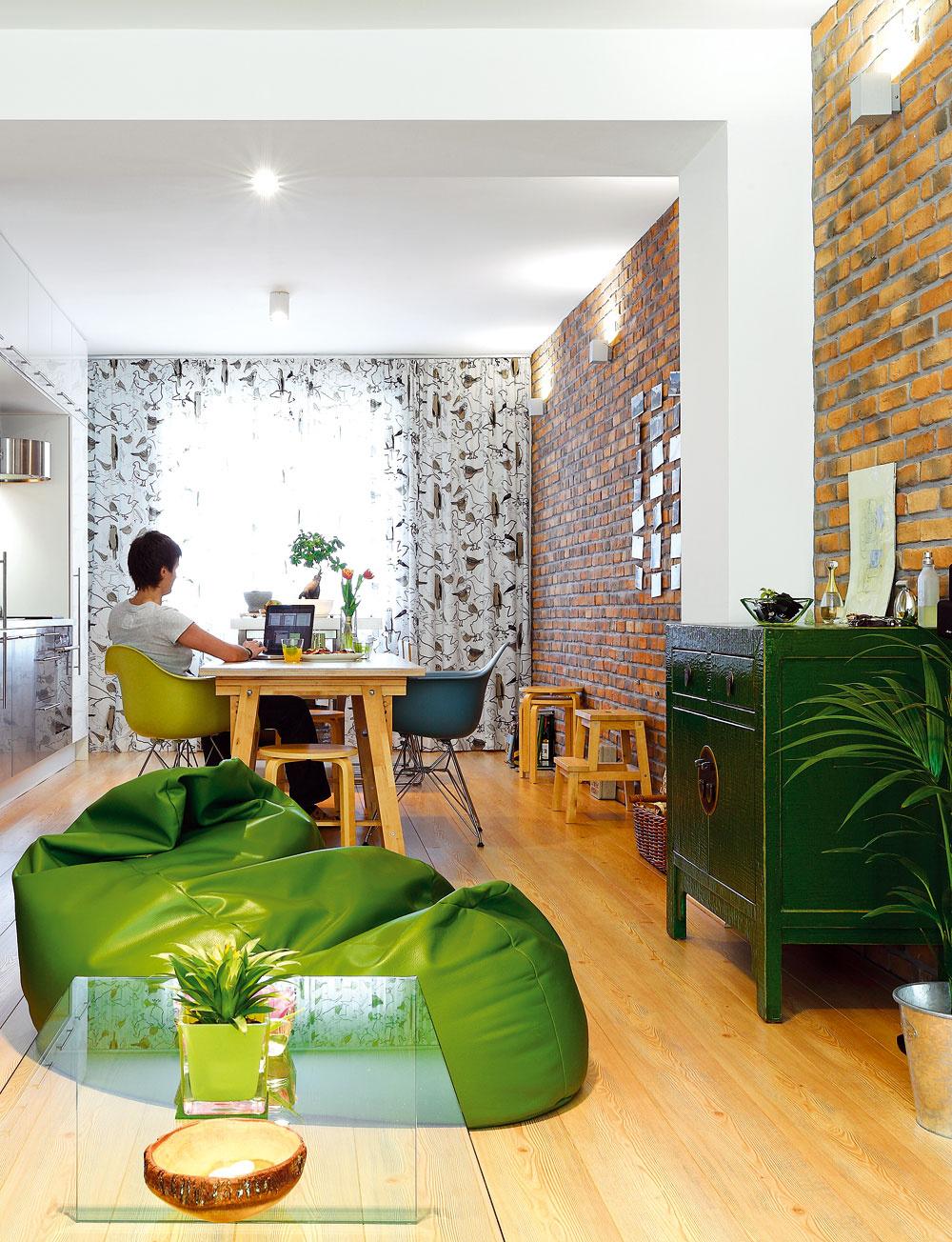 Zelená skrinka vduchu orientálneho nábytku bola prvým kusom nábytku vbyte, ktorý si majiteľke kúpila. Vytvorila základ farebného riešenia asvojím charakterom odľahčuje strohosť moderného interiéru.