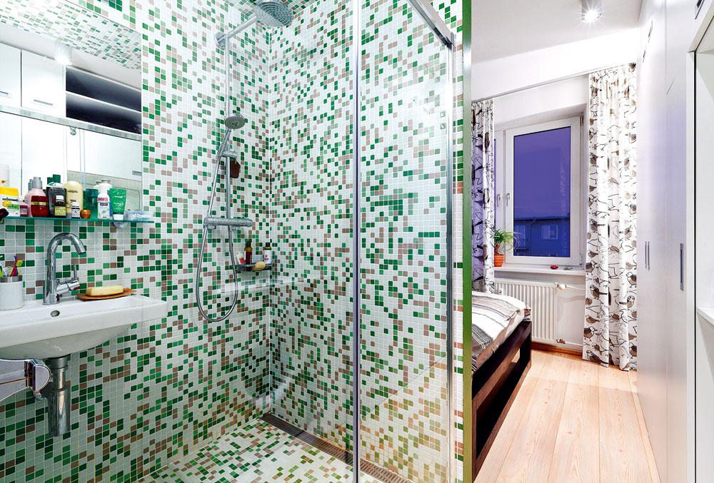 Kúpeľňa sa nachádza na svojom pôvodnom mieste, ibaže stratila jednu svoju murovanú stenu, ktorú nahradili posuvné sklenené dvere sprchovacieho kúta. Ak si majiteľka otvorí dvere na náprotivnej šatníkovej skrini, uzatvorí tým priechod zchodby do spálne, teda atým aj pohľad do kúpelne.