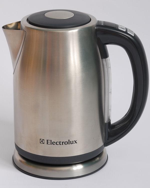 Electrolux EEWA7500  čas zovretia 1 l vody: 3:44 min nameraná hlučnosť: 75,3 dB hmotnosť prázdnej kanvice: 932 g  cena: 67,90 €  Výrobca dotiahol tento model ktechnologickej dokonalosti. Ovládanie smožnosťou nastavenia teploty je na rukoväti vdosahu palca, rozžiarený LED displej zobrazuje teplotu vody po vypnutí až do momentu, keď vychladne pod hranicu 40 stupňov. Vždy viete, či je zvyšná voda na čosi súca. Ba aj podsvietenie mierky vody mení svoju farbu so stúpajúcou teplotou. Ak ste pripravení na 1,5-wattovú spotrebu vpohotovostnom režime, môžete sa na ňu spoľahnúť. Je TECH na úkor EKO. Úskaliami tohto modelu sú horúci kovový plášť, ktorý môže popáliť, aodmerné rysky, ktoré sa neprehľadne ukrývajú pod rukoväťou.