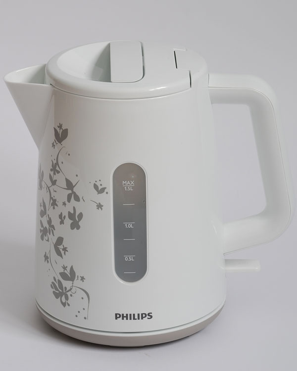 Philips biela HD9300  čas zovretia 1 l vody: 3:25 min nameraná hlučnosť: 73,5 dB hmotnosť prázdnej kanvice: 712 g  cena: 32 €  Lesklý plast sdekoratívnym vzorom oživí kuchynskú linku  akanvica príjemne prekvapí svojou ľahkosťou. Ide onajľahšiu kanvicu vnašom teste. Jej povrch sa po zohriatí vody ohreje iba tak, že na ňom možno udržať ruku hoci aj 10 sekúnd. Aj keď sa nepýši žiadnymi technológiami, oslovila nás precíznosťou vyhotovenia azmyslom pre detail. Jej dôsledné spracovanie budí dôveru rovnako ako dômyselný mechanizmus uzatvárania. Zdá sa, že konštruktéri adizajnéri dostali toľko priestoru, koľko len chceli. Pri tejto kanvici odhadujeme dlhú bezporuchovú životnosť anaše merania odhaľujú, že ani shlučnosťou to nebude zlé.