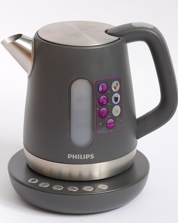 Víťaz testu  Philips čierna HD9380  čas zovretia 1 l vody: 3:30 min nameraná hlučnosť: 71,9 dB hmotnosť prázdnej kanvice: 730 g  cena: 79,90 €  Je najtichšou ajednou znajľahších kanvíc vnašomteste. Tento model je príkladom toho, ako by mala správna kanvica vyzerať. Má širokú výlevku, gumové tesnenie pod kovovým vekom avďaka dobre tvarovanej rukoväti sa sňou pohodlne manipuluje. Oslovilo nás precízne vyhotovenie so zmyslom pre detail ijej kompaktný tvar. Početným rodinám však litrový objem môže byť primalý. Výrobca ju vybavil základňou spiatimi tlačidlami na voľbu teploty adoplnkovou funkciou časovo obmedzeného doohrevu. Šálky namiesto mililitrov, piktogramy namiesto číselných stupňov teploty – dizajnéri sa snažili poľudštiť všetko, čo sa dalo. Snáď len toľko treba ešte prezradiť, že zplastových kanvíc bola na dotyk najhorúcejšia.