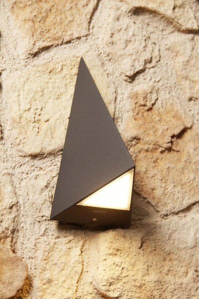 Svietidlo Hills od Philips v sebe kombinuje čisté jednoduché siluety a zároveň nápaditosť.  Okrem dizajnu netreba pri výbere zabudnúť aj na materiál, z ktorého je svietidlo vyrobené. Radšej než na plast stavte na odolnejšie materiály ako nerez alebo hliník.
