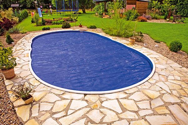 Dobrým pomocníkom vboji proti znečisteniu bazéna je bazénové zastrešenie, ktoré so sebou prináša množstvo výhod. Najmä vprípade posuvného variantu sa však spája svyššou vstupnou investíciou. Ak si ju nemôžete dovoliť, použite na bazén kryciu alebo solárnu plachtu, ktorá vodu vbazéne súčasne aj ohrieva.