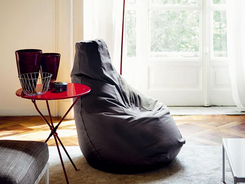 Sedací vak Sacco je efektný nápad: ľahká polystyrénová výplň vobale zodolnej tkaniny oživí priestor, pridá pôsobivý akcent azároveň ponúkne pohodlie na rozmarné posedávanie. 558 €, ZANOTTA (predáva www.kabinetkabinet.sk)