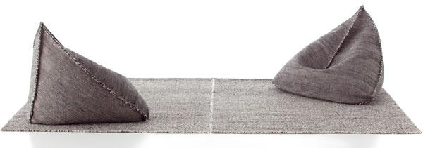"""Sedenie Sail prináša do banálnej jednoduchosti """"polystyrénových vriec"""" trochu dizajnérskeho kumštu. Jeho autor, vLondýne usadený Španiel Héctor Serrano, sa totiž dôsledne zamyslel nad strihom vreca ašikovne vedenými švíkmi zneho vypracoval skutočne pohodlné hniezdo, vktorom chrbát ipaže nájdu solídnu oporu. Sail zo stopercentnej vlny (samozrejme zpolystyrénovej náplne) vyrába španielske kobercové impérium Gan; okrem neho ponúka aj ďalšie pôvabné taburety, vždy zladené spríslušnými kobercami vesteticky ucelenej kolekcii. 1020 €, GAN (predáva www.triform.sk)"""