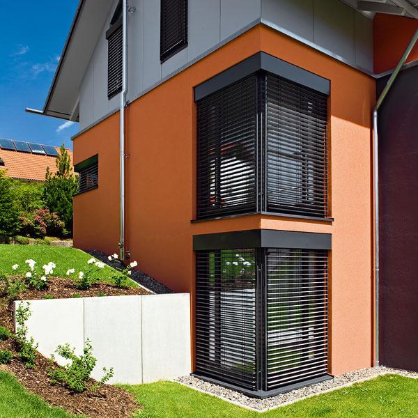 Exteriérové žalúzie Z90 od firmy Bez hmyzu SK sa využívajú hlavne pri výstavbe nových rodinných domov, kde sa onich uvažuje už pri návrhu domu ačasto sú výrazovým prvkom architektúry. Výhodou exteriérových žalúzií je zamedzenie prehrievania interiéru tým, že sa väčšina slnečného žiarenia odrazí od plochy žalúzií. Odraz slnečného žiarenia závisí od zvoleného technického riešenia amôže dosiahnuť hodnotu až 85 %. Ovládanie si môžete zvoliť manuálne, motorické, či už na vypínač, alebo diaľkový ovládač. Pripojiť možno tiež veterný, prípadne slnečný senzor.