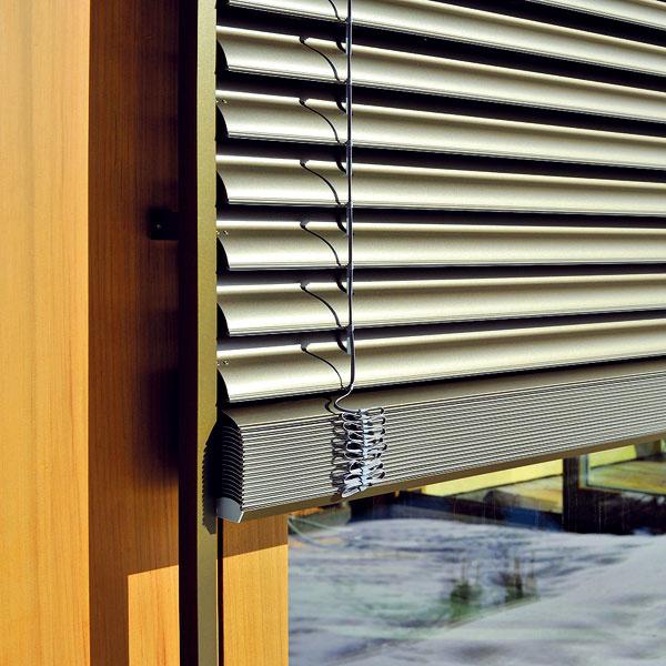 Exteriérové žalúzie Prominent S-75 sHagofixom od Ksystemu je možné dizajnovo zjednotiť snadokennými exteriérovými roletami alebo navíjacou garážovou bránou. Ktichému chodu žalúzie prispieva UV stabilné PAD tesnenie vo vodiacich lištách ažalúzie zároveň zabezpečujú vysoký stupeň zatienenia. Vysoká pevnosť lamiel zabezpečuje aj vysokú odolnosť proti vetru. Lamely žalúzie sa nakláňajú iba do jednej strany. Pri žalúziách na výšku 1,8 m pri použití Hagofixu sa znižuje výška zväzku až o2,5 cm, čo je často žiaduce, ak sa ráta každý centimeter pri stavbe.