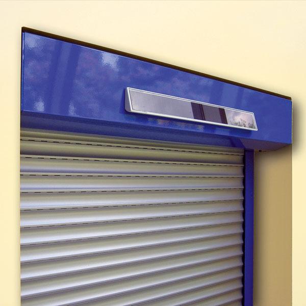 Exteriérové rolety na solárny pohon od Ksystemu sú riešením pre domy, kde sa nepočítalo sexteriérovým tienením ovládaným na motor achýbajú potrebné elektrické rozvody. Tieto rolety fungujú samostatne flexibilne vnadväznosti na aktuálne poveternostné podmienky avýrazne prispievajú kúsporám energie. Roleta je vybavená solárnym panelom, ktorý pohonu dodáva energiu ipri zatiahnutej oblohe aprevádzka zariadenia tak nie je nijako obmedzená. Patentovaná technológia Somfy zabezpečuje, že pohon odoberá energiu iba vtedy, keď ju naozaj potrebuje.