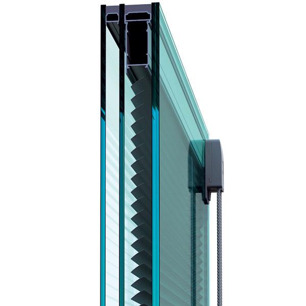 Integrovaná žalúzia ScreenLine od firmy ScreenGlass je žalúzia, ktorá sa nachádza vmedzipriestore izolačného skla. Týmto umiestnením, ktoré je novinkou na trhu, sa zabraňuje poškodeniu aznečisťovaniu žalúzií aich zložitému čisteniu. Prestup svetelného atepelného žiarenia ňou možno regulovať spodobným efektom ako vonkajšie žalúzie, navyše aj pri silnom vetre. Ovládajú sa manuálne prostredníctvom dvojice rotačných magnetov, zktorých je jeden vnútri adruhý zvonka izolačného skla (magnetická spojka), čím je zaručená tesnosť izolačného skla. Ďalšou možnosťou je ovládanie pomocou elektromotora.