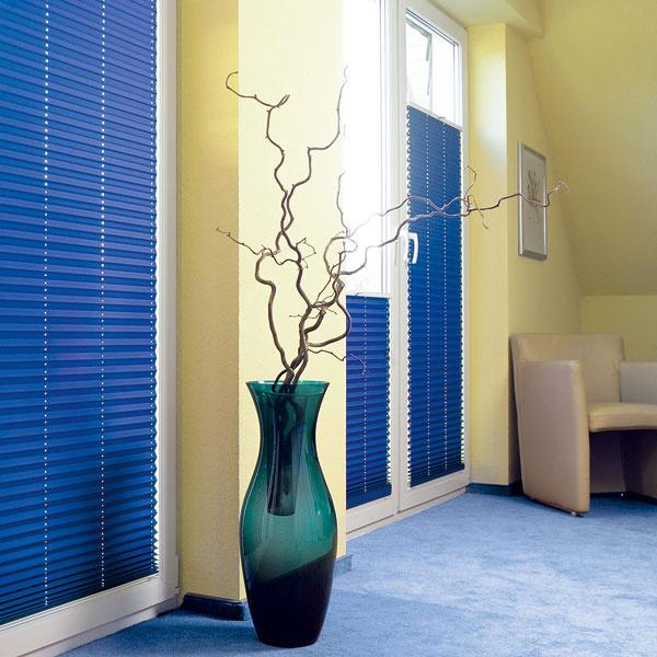 Plisé od firmy Climax je látkové skladané tienenie, ktoré sa nenavíja ako roleta aani sa ním nereguluje intenzita osvetlenia pomocou natáčania lamiel ako pri horizontálnych žalúziách. Jednoducho sa poskladá, najčastejšie smerom khornému okraju okna, ale podľa potreby ho možno skladať aj smerom kpodlahe, keď sa uprednostňuje ochrana pred nežiaducimi pohľadmi. Plisé sa vyrábajú voľne visiace ina strešné okná azaujímavé sú pri atypických tvaroch zasklenia, napríklad pri šikmých uchyteniach. Materiál je väčšinou stopercentná polyesterová tkanina. Výhodou je ich jednoduchá údržba, možno ich ponoriť do vody sčistiacim prípravkom, okrem variantov so zatemňujúcim účinkom.