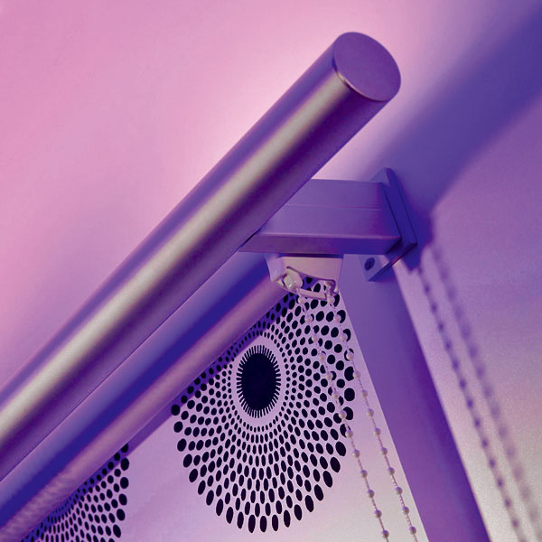 Roleta Sunlite sLED osvetlením od firmy Sundrape je tieniacim prvkom za denného svetla apo zotmení sa mení na dekoračný doplnok, ktorý dodá miestnosti príjemnú atmosféru. LED diódové svetlo je umiestnené vhornej ozdobnej lište rolety ajeho svetelný režim (intenzita svetla astriedanie farieb – fialová, modrá, červená…) sa ovláda diaľkovým ovládačom alebo vypínačom. Látku si môžete vybrať zrôznych materiálov či vzorov ana výber sú aj dva tvary ozdobnej hornej lišty – guľatá aplochá vbielej astriebornej farbe.