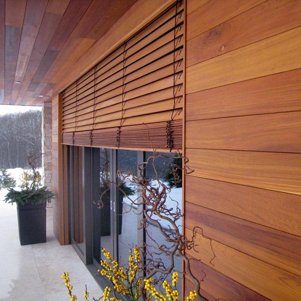 Drevené vonkajšie žalúzie od Voivo sú zaujímavým architektonickým prvkom, ktorý možno výberom konkrétnej dreviny zladiť scelkovým vzhľadom fasády. Exteriérové žalúzie zadržia slnečné žiarenie ešte pred oknom atým bránia prehriatiu okennej výplne anásledne aj interiéru. Žalúzie, napríklad zo severskej borovice či zcédra, sú povrchovo upravené lazúrou simpregnačnou zložkou avrstvou laku sUV filtrom. Ovládanie môže byť štandardne manuálne alebo spohonom elektromotora aovládaním cez vypínač, diaľkový ovládač či centrálne. Cena od 172 €/m2
