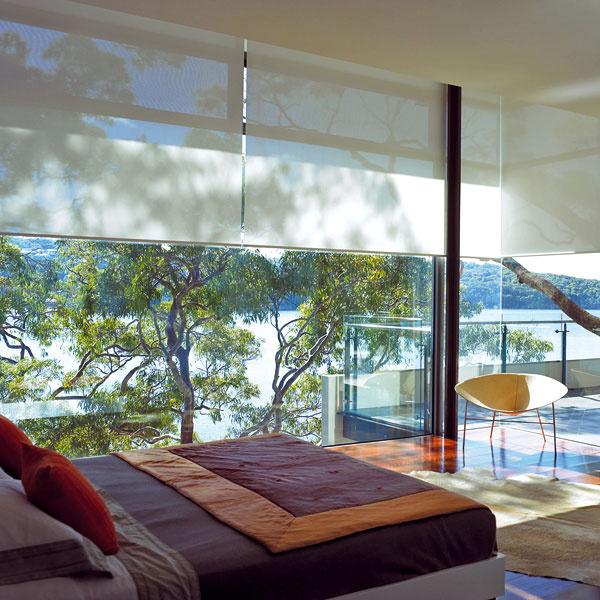 Screenová interiérová roleta od firmy Voivo vytvára vinteriéri príjemný tieň aj pri prudkom slnečnom žiarení aposkytuje ochranu aj pred nežiaducimi pohľadmi. Je výborným filtrom ostrého slnečného žiarenia na vytvorenie príjemného prirodzeného svetla a, naopak, vďaka svojej transparentnosti pri pohľade zinteriéru nebráni výhľadu. Je vyrobená zo skleného vlákna potiahnutého PVC amôžete si vybrať zveľkého množstva farieb avzorov. Ovláda sa buď manuálne, alebo cez elektromotor vypínačom či diaľkovým ovládaním alebo aj centrálnym riadením.