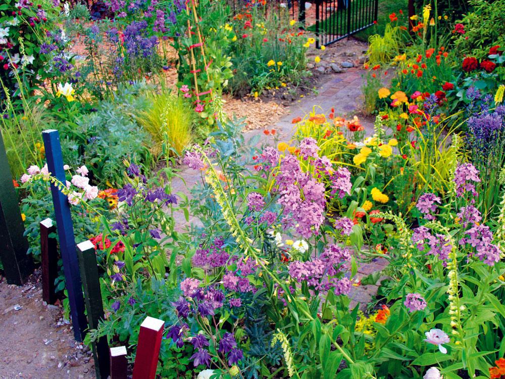 Pomerne veľký pozemok sruinou domu sa majiteľom, ekologickým nadšencom, podarilo premeniť na malý záhradný raj. Svoje miesto tu našli nielen rastliny, ale aj stavebný odpad. Ato všetko približne za tri roky.