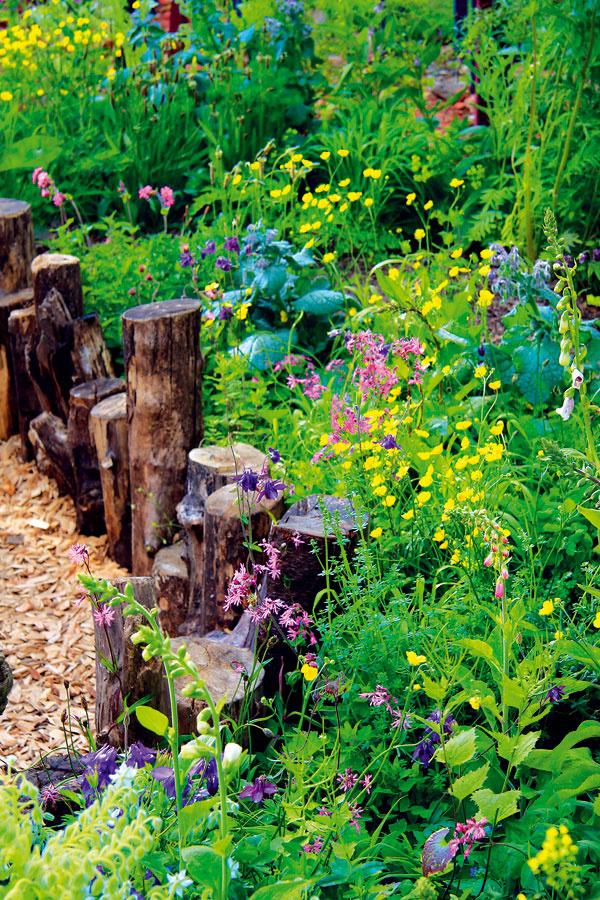 Žiadne umelo pôsobiace záhony, výsadby ani nič, čomu by sa bránilo v raste, v tejto záhrade nenájdete.