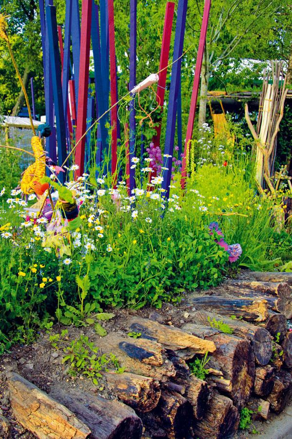 Nápadné dekorácie oživujú záhradný priestor. Tak záhrada získala okrem ekologickej aj modernejšiu tvár.